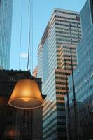 venster weerspiegeling van wolkenkrabbers in New York City foto