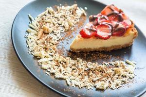 New York cheesecake met chocolade en aardbeien foto