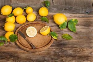 citroenen met bladeren foto