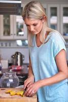 vrouw snijden citroen foto