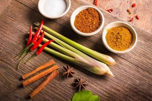 kruiden op hout voor thaise tom yum eten koken. foto