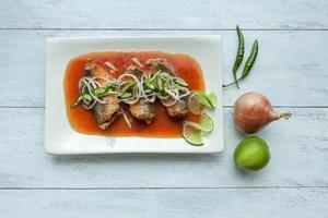 Thaise stijl makreel in blik in tomatensaus