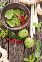 kruiden en specerijen op houten achtergrond foto