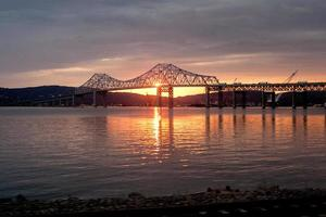 de tappan zee brug bij zonsondergang foto