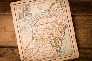 oude kaart van de middelste staten, zittend op houten stam foto