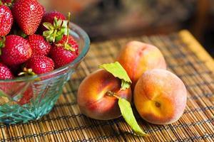 aardbeien en perzik foto