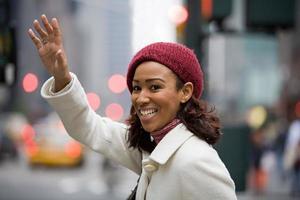 vrouw begroet een taxi