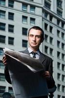 zakenman met krant foto