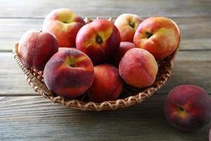rijpe perziken in de mand foto