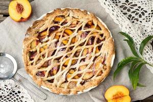 crostata pie met perziken en kaneel foto