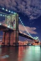 stedelijke brug nachtbeeld