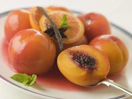 kom perziken gepocheerd in sauternes wijn foto