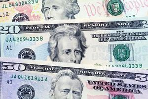 fan van dollarbiljetten in verschillende coupures foto
