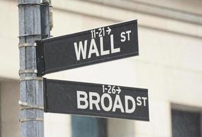 wall street en brede hoek straatnaamborden foto
