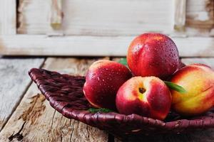 nectarine in een rieten bord foto