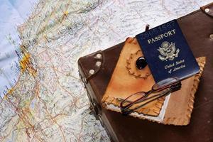 reisplannen worden gemaakt met een kaart en paspoort foto