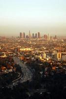 panorama uitzicht op los angeles bij zonsondergang en lichtblauwe hemel foto