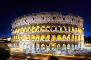het colosseum 's nachts, rome, italië foto