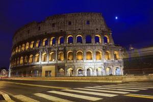colosseum in de schemering in rome foto