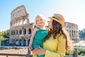 lachende moeder en dochter met colosseum op achtergrond