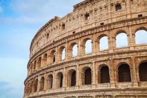 buitenkant van het colosseum of coliseum in rome foto