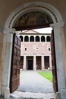 boog van de basiliek van San Saba foto