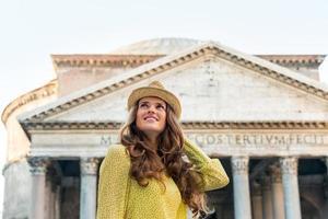 portret van gelukkige vrouw pantheon en attracties in Rome, Italië foto