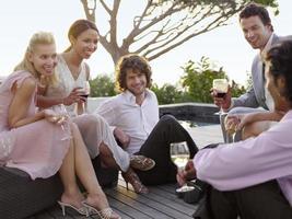vrienden drinken en socializen op veranda foto