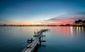 houten platform in zonsondergang foto
