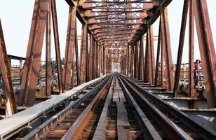 spoorweg op lange bien brug - horizontaal foto