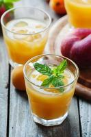 zoet vers perziksap met ijs foto