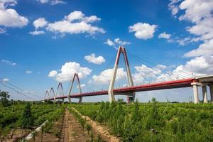 nhat tan brug in een zonnige dag met bewolkt foto