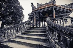 oude Vietnamese tempel met draken bovenop foto