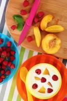fruit en yoghurt. het gezonde eten. perzik, frambozen. foto