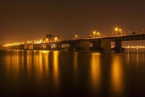 lange bien-brug bij nacht foto