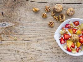 schaal met fruit, walnoten en yoghurt foto