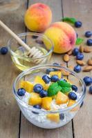 verse kwark met perzik, bosbes, amandelen en honing foto