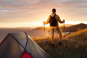 backpacker in een kamp foto