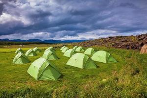 schilderachtige kamp op weide foto
