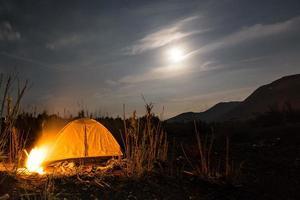 nacht kamperen met kampvuur foto