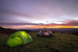 kleurrijke zonsopgang vanuit het kamp foto