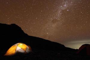 de nachtelijke hemel van de kilimanjaro foto