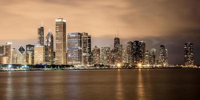 uitzicht op de skyline van chicago's nachts foto