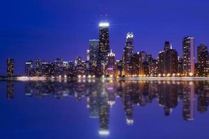Chicago skyline reflectie 's nachts foto