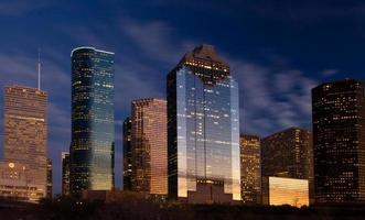 skyline van de stad bij nacht vallen foto