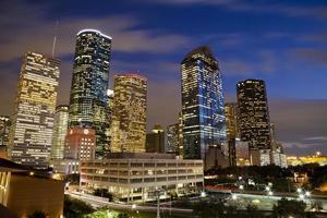 helder lichte gebouwen in het centrum van houston 's nachts foto