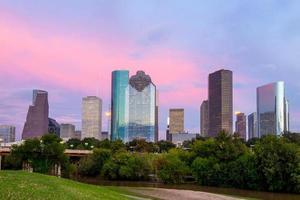 houston texas skyline bij zonsondergang schemering van park gazon foto