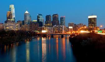 Philadelphia skyline in de nacht foto