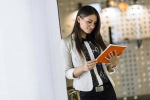 zakenvrouw het lezen van een document foto