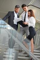 commercieel team. mensen die documenten en ideeën bespreken. foto